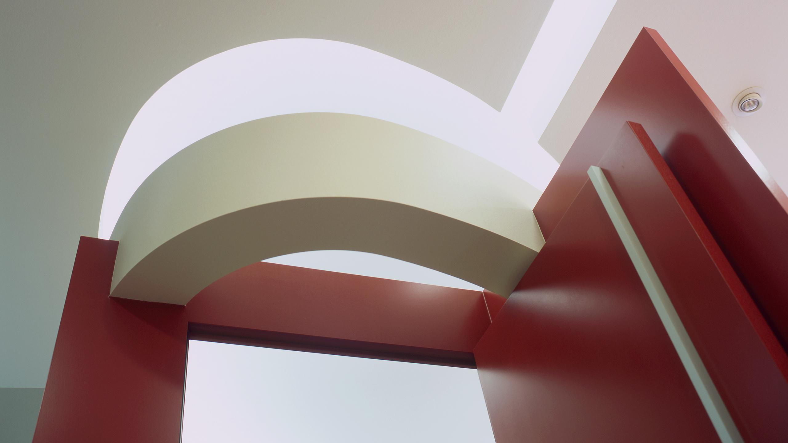 Lichtplanung der Apotheke: Das indirekte Licht bringt  die besonderen Deckenelemente zur Geltung