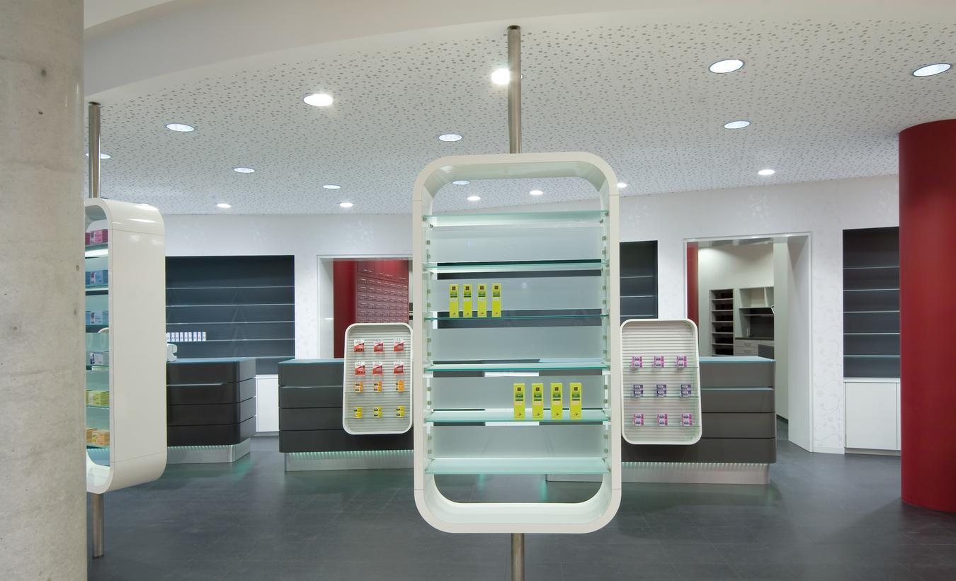 Die drehbaren Freiwahlregale trennen den Eingangsbereich von den Handverkaufstischen – © 2020 huebbers.com