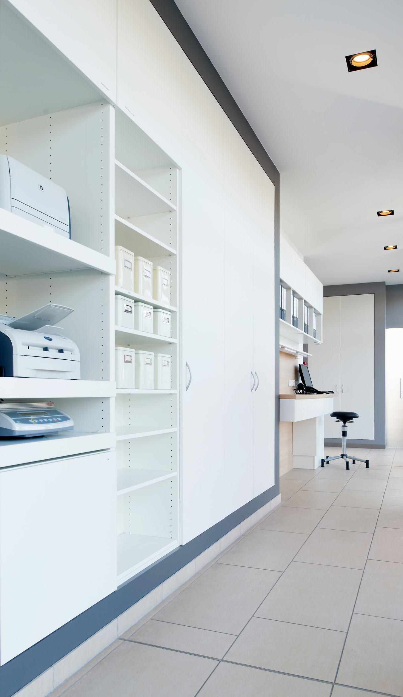 Das Backoffice der Apotheke bietet Platz für die elektronischen Geräte und genügend Stauraum für Ordner und Unterlagen