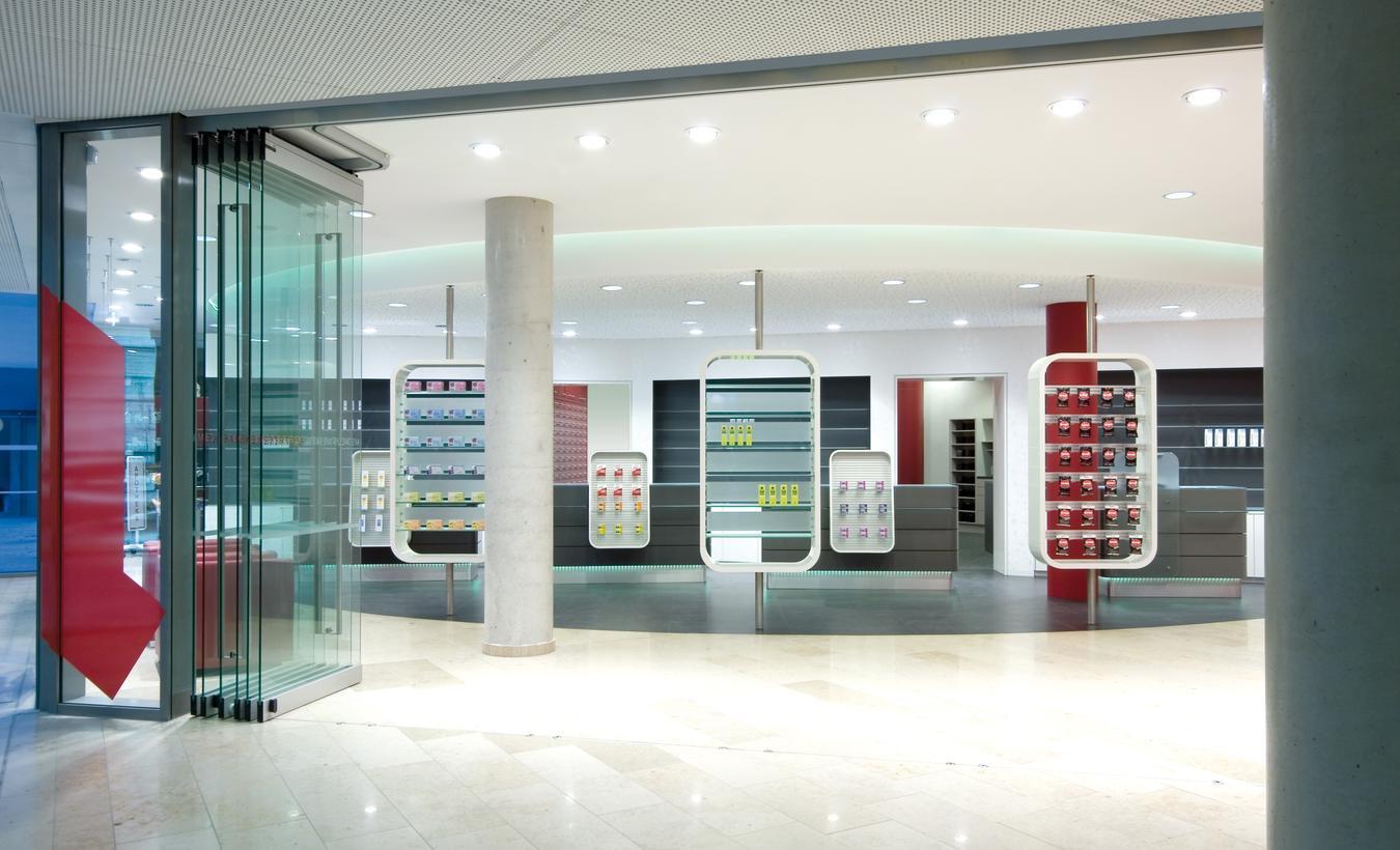 Die einzelnen Glaselemente im Eingangsbereich zum Ärztehaus können komplett geöffnet werden – © 2020 huebbers.com