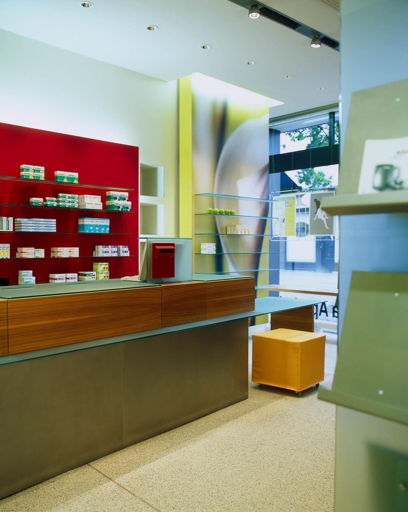 Das Kassensystem der Apotheke wurde ebenfalls mit Glasböden verkleidet
