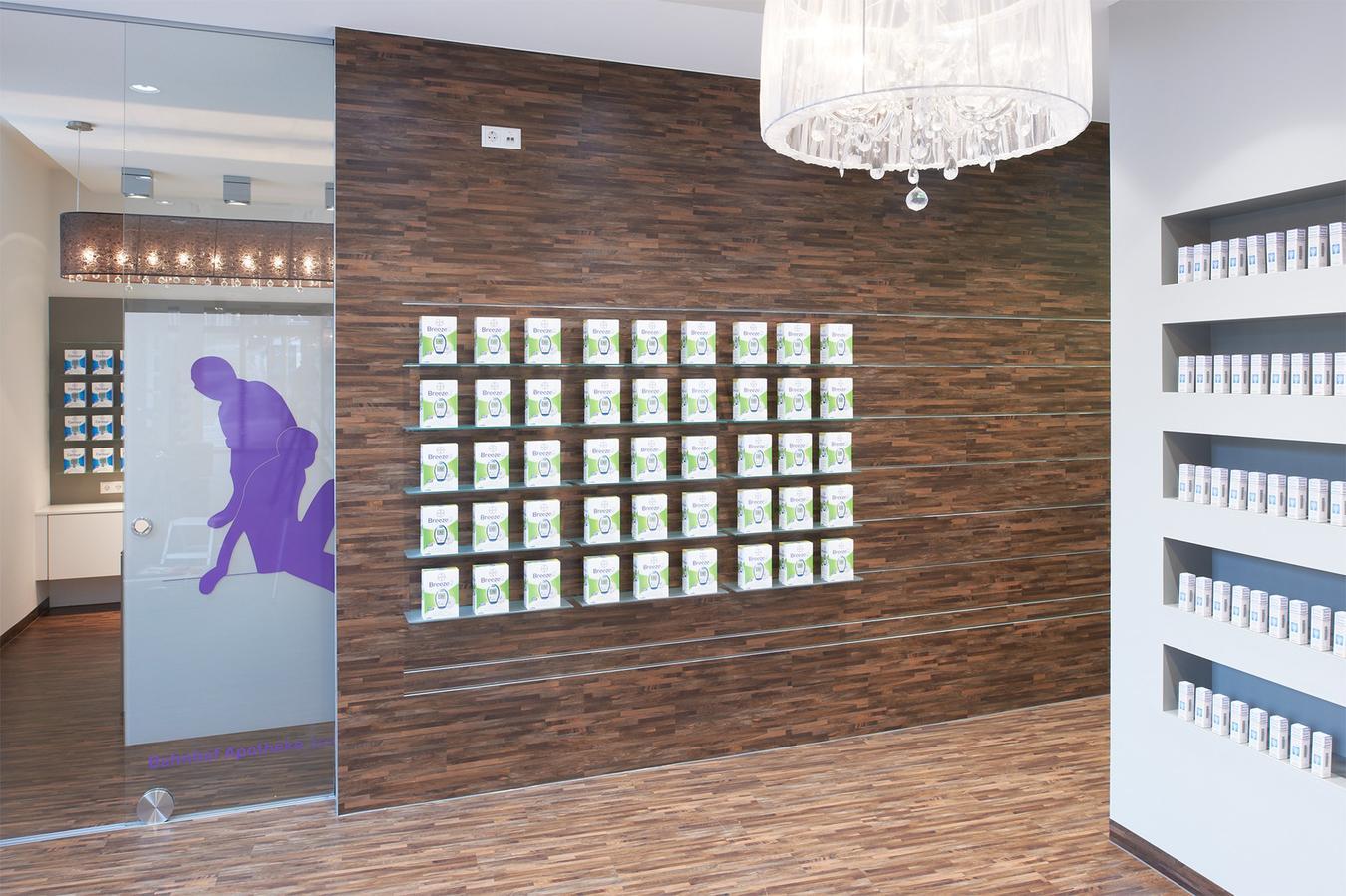 Für den Beratungsraum der Apotheke dient das Freiwahlregal als Raumtrenner